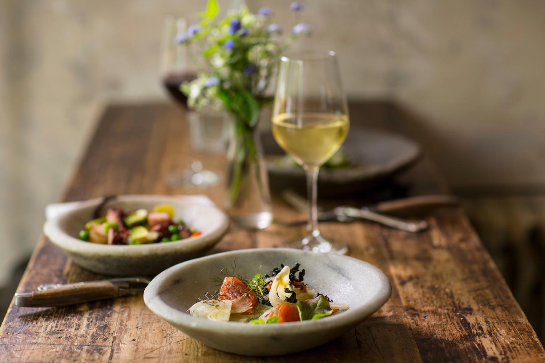 Tisch-mit-Essen-und-Wein